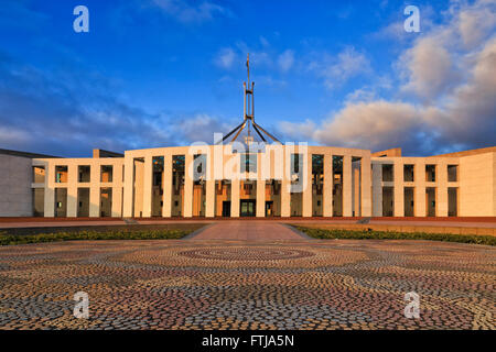 Mosaïque des autochtones avant-cour en face de nouveau la maison du parlement à Canberra au lever du soleil. Façade Banque D'Images
