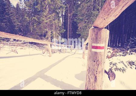 Sentier de tons Vintage signe peint sur la perche, l'hiver dans les montagnes Tatras, en Pologne. Banque D'Images