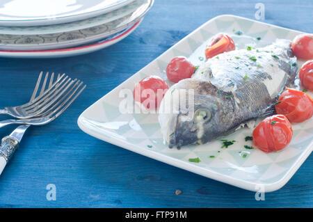 La brème poisson cuit dans de l\'eau folle, recette typique du sud de ...