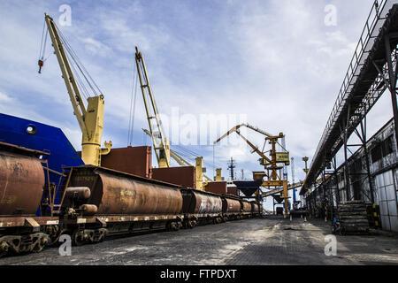 Train d'être chargées à côté d'un cargo dans le port Banque D'Images