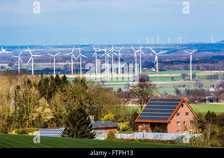 Maison privée avec de l'énergie solaire sur le toit de l'usine, parc éolien, les éoliennes, l'énergie éolienne, Banque D'Images