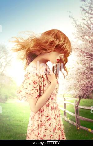 Femme sur un jour de printemps venteux Banque D'Images