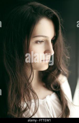 Jeune femme brune Banque D'Images