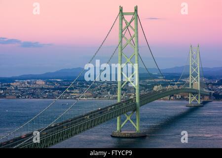 Akashi Kaikyo Bridge enjambant la Mer Intérieure de Seto de Kobe, au Japon.