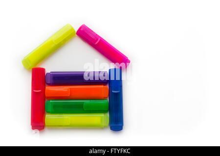 Surligneurs colorés en forme d'une maison, studio isolé sur fond blanc. Concept pour l'école ou d'entreprise. Banque D'Images