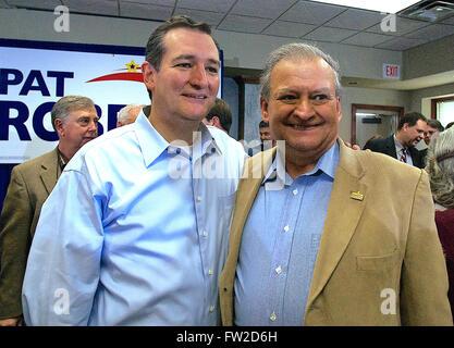 Wichita, Kansas, USA, Octobre 9th, 2014 Le sénateur républicain du Texas Ted Cruz pose avec Mario Goico Représentant de l'État du Kansas à partir de la 94e district à Wichita. Goico est originaire de Cuba et a servi 32 ans dans l'US. Air Force avant de prendre sa retraite. Credit: Mark Reinstein