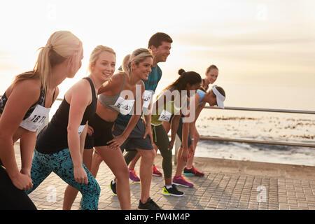 Le début d'un marathon, les athlètes debout à la ligne de départ. L'exécution de la concurrence sur la promenade Banque D'Images