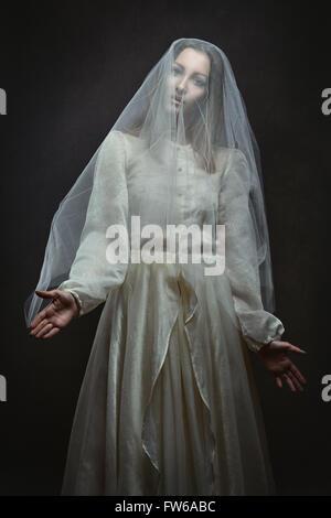 Belle femme pâle qui pose comme une marionnette . Sombre et surréaliste Banque D'Images