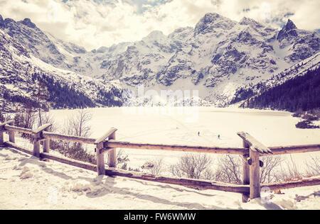 Lac gelé stylisé vintage à Morskie Oko Tatras polonais à la fin de mars. Banque D'Images