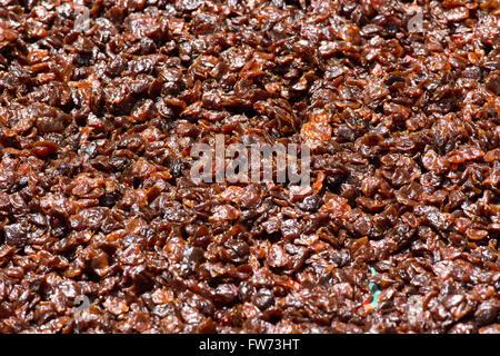 La vente de produits séchés de décrochage: noix-raisins rouge-blanc raisins tomates séchées. En dehors d'une boutique Banque D'Images