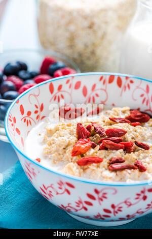 Petit-déjeuner antioxydant, des céréales et du porridge avec le goji fruit.Diet concept et le bien-être. Banque D'Images