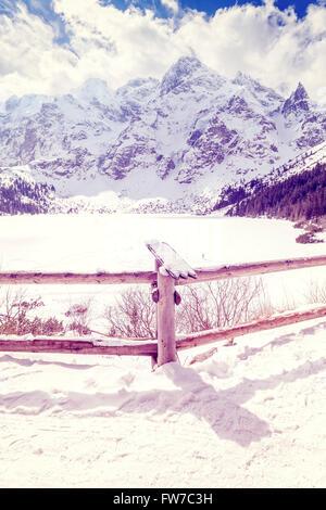 Stylisé Vintage balustrade de bois au lac gelé de Morskie Oko Tatras polonaises, lac de montagne les plus populaires Banque D'Images