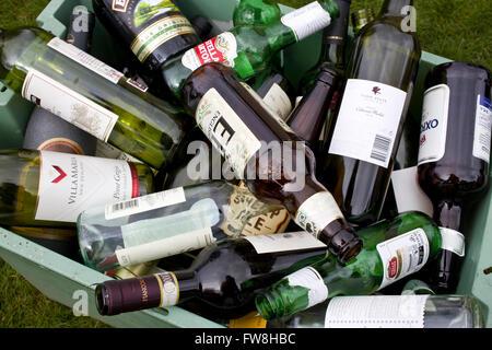 bouteilles vide de recyclage du vin de la bi re et des. Black Bedroom Furniture Sets. Home Design Ideas