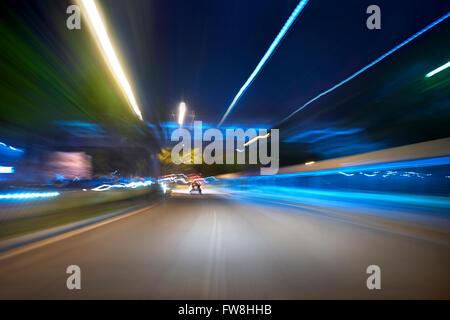 Aller de l'avant l'arrière-plan flou,scène de nuit Banque D'Images