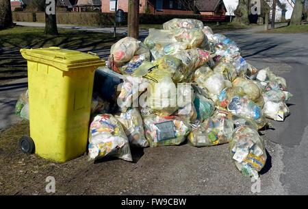L'accumulation de sacs à déchets, sacs de recyclage, les sacs jaunes, prête à être cueillie, Kiel-oppendorf, Schleswig Banque D'Images