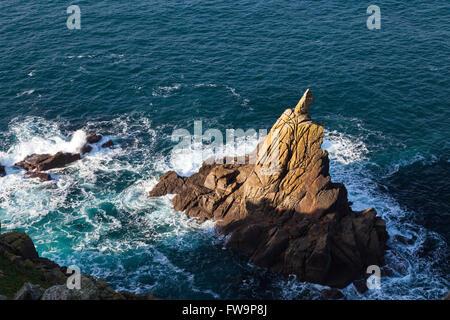 Les roches de granit déchiquetés à la base des falaises près de Land's End, Cornwall, England, UK Banque D'Images