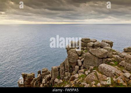 Granite abruptes à Pordenack Point près de Land's End, Cornwall, England, UK Banque D'Images