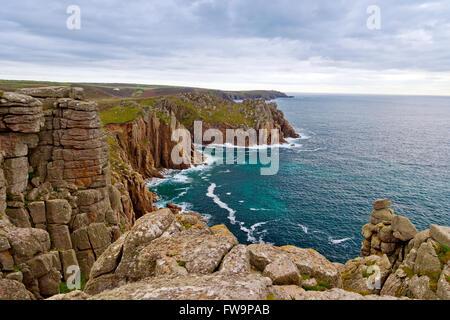 Les falaises de granit de Carn Boel pointe de Pordenack Point près de Land's End, Cornwall, England, UK Banque D'Images