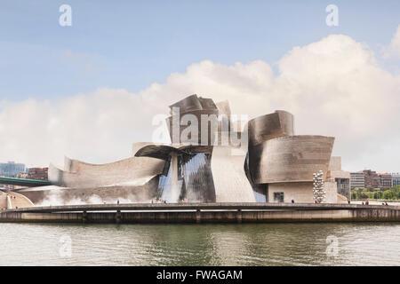 Le Musée Guggenheim de Frank Gehry sur les rives de la rivière Nervion, Bilbao, Pays Basque, Espagne Banque D'Images