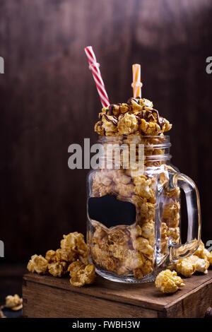 Soufflé au caramel sucré dans un bocal en verre Banque D'Images