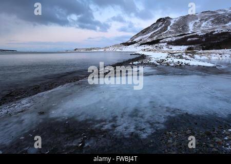 Le lever du soleil sur la mer gelée Kollafjordur fjord, la capitale nationale, de la côte ouest, l'Islande