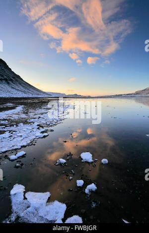 Le lever du soleil sur le Fjord Hvalfjördur congelés, de la capitale nationale, de la côte ouest, l'Islande, Hvalfjördur (fjord des baleines)