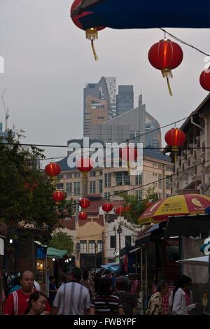 Le contraste entre l'ancien Chinatown à Singapour et gratte-ciel Banque D'Images