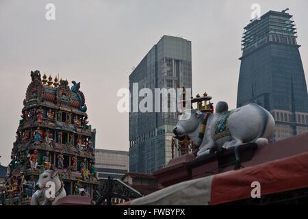 Contraste entre l'ancien temple hindou et de nouveaux gratte-ciel Banque D'Images