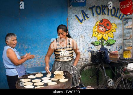 Les femmes mayas tortillas au four dans les rues d'Antigua, Guatemala, Amérique centrale. La Tortolita.