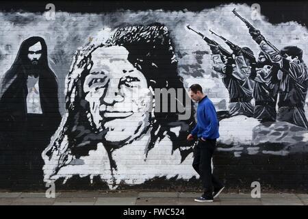 Sur un mur à l'ouest de Belfast Twinbrook, une fresque en noir et blanc de Bobby Sands et les grévistes de la faim Banque D'Images