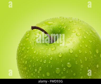 Pomme verte fraîche parfait isolé sur fond vert dans toute la profondeur de champ avec chemin de détourage. Banque D'Images
