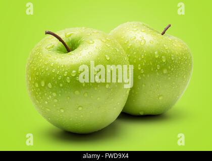 Pomme verte fraîche parfait isolé sur fond vert dans toute la profondeur de champ. Banque D'Images