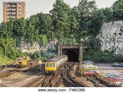 Un British Railways Lecture à Tunbridge train, une classe 119 diesel (DMU), la saisie d'un tunnel ferroviaire à Banque D'Images