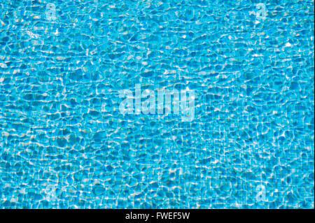 Gros plan d'un résumé de la circulation de l'eau bleue dans une piscine Banque D'Images