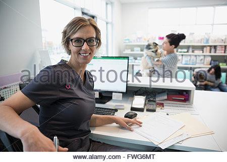 Smiling portrait clinique vétérinaire à réception Banque D'Images