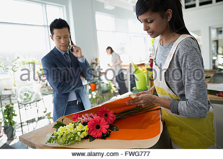 Emballage fleuriste fleurs pour homme in flower shop Banque D'Images