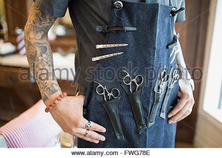 Au milieu du salon de coiffure tatoué avec des outils de l'aire de port Banque D'Images
