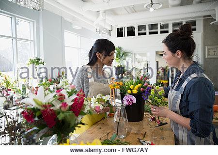 Les fleuristes, arranging flowers in flower shop Banque D'Images