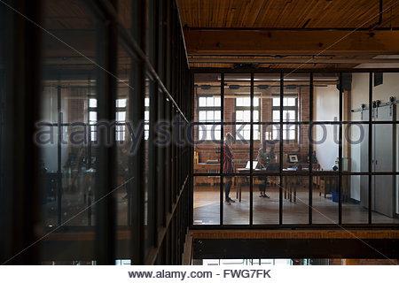 Designers working in industrial bureau à distance Banque D'Images