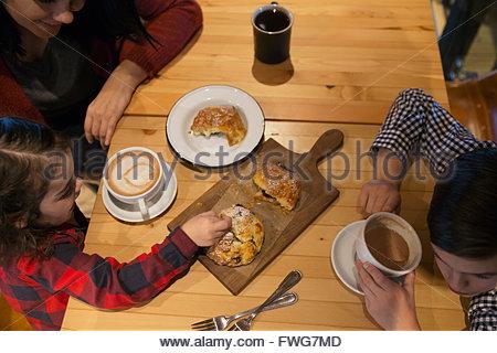 Profiter de la famille du café et des pâtisseries dans une boulangerie Banque D'Images