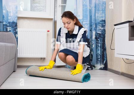 femme de m nage ou une aide m nag re dans un tablier blanc pur le nettoyage d 39 une cabine de. Black Bedroom Furniture Sets. Home Design Ideas