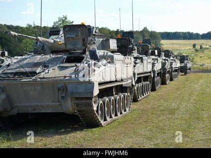 Une ligne de véhicules guerrier attendre un appel à l'action de la plaine de Salisbury au cours de l'exercice Lion grève.