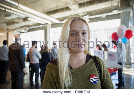 Portrait jeune femme de confiance de l'électeur au bureau de vote Banque D'Images