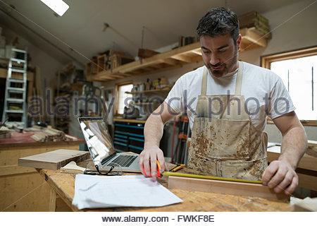 Carpenter measuring cale en bois en atelier Banque D'Images