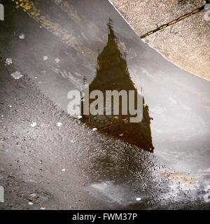 Big Ben qui reflète de flaque sur Street Banque D'Images