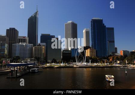 Peu de Ferry électrique arrivant à Elizabeth Street, Perth, Australie occidentale. Pas de PR Banque D'Images