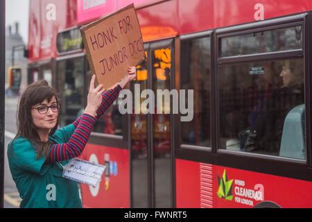Londres, Royaume-Uni. 06 avril 2016. Un médecin reçoit junior anonyme l'appui de la circulation - La ligne de piquetage Banque D'Images