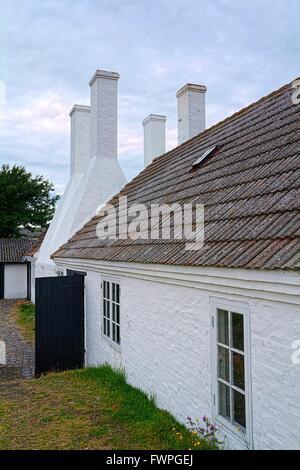 Avec l'ancien fumoir big white cheminées de Hasle, Bornholm, Danemark Banque D'Images