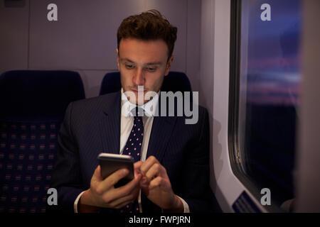 Portrait en train d'envoyer un message texte Banque D'Images