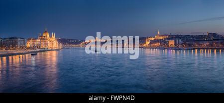 Bâtiment du parlement hongrois sur les rives du Danube est éclairée la nuit. Budapest, Hongrie. Banque D'Images